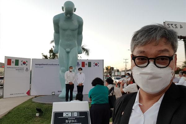 세계 곳곳에 한국의 인사 전하는 '그리팅맨' 설치미술가 유영호