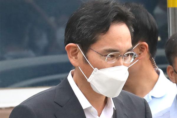 Vicepresidente de Samsung sale en libertad condicional