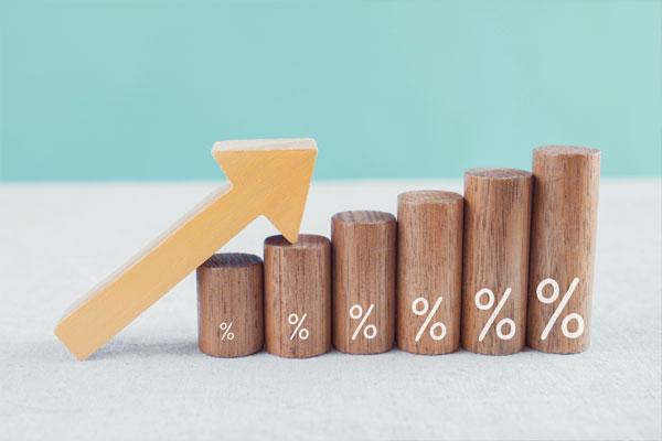 政策金利引き上げの背景や経済に与える影響