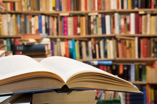 مكتبات كبيرة لييع الكتب تسمح لمواطنيها بقراءة الكتب داخلها