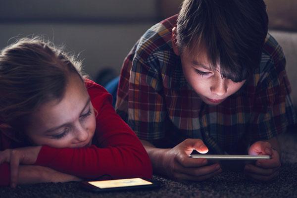 شكاوى أولياء الأمور من استخدام الأطفال للهواتف الذكية والبحث عن حلول بديلة