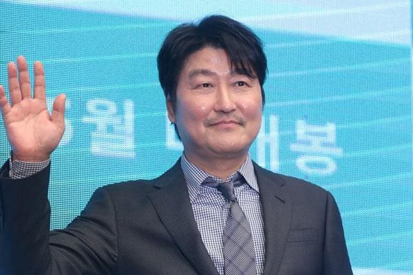 الممثل سونغ كانغ هو يفوز بجائزة التميز في مهرجان لوكارنو السينمائي الدولي