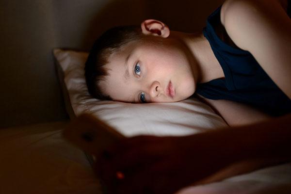 تأثيرات سلبية لاستخدام الهاتف الذكي قبل الخلود إلى النوم