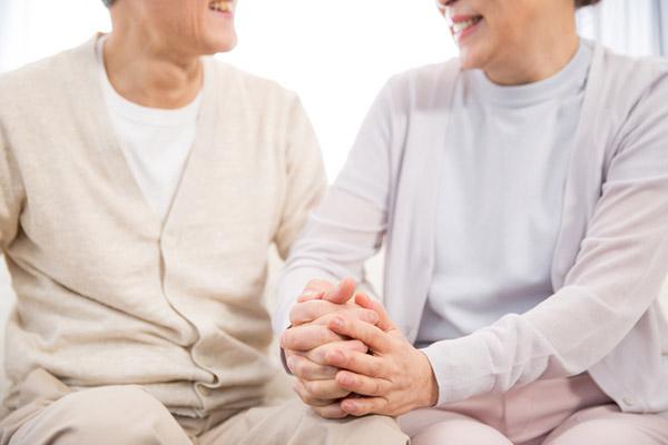 معارضة واسعة بعد قرار الحكومة رفع سن المسنين الي 70