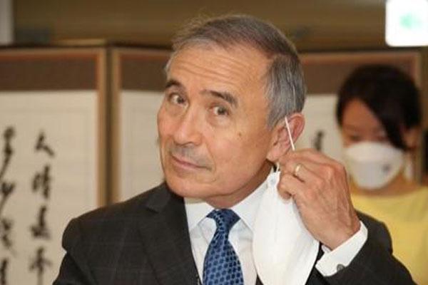 السفير الأمريكي يبث فيديو لتعلمه صنع الكيمتشي