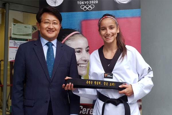 سفارة كوريا في إسبانيا تهدي حزاما خاصا للاعبة تيكوندو إسبانية