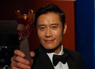 الممثل لي بيونغ هون  يفوز بجائزة أفضل ممثل  في مهرجان هودينغ أواردج