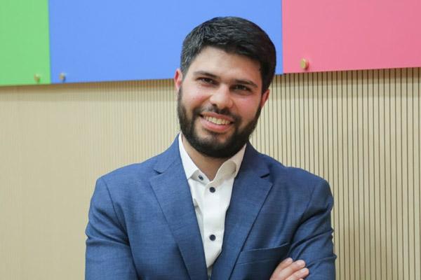 الدكتور أيمن الترك: الصيدلة والتاريخ، وحب الخير للمسلمين وغير المسلمين