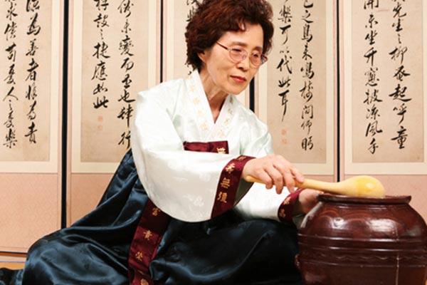 Kwon Hee-ja vor, Meisterin des Samhaeju