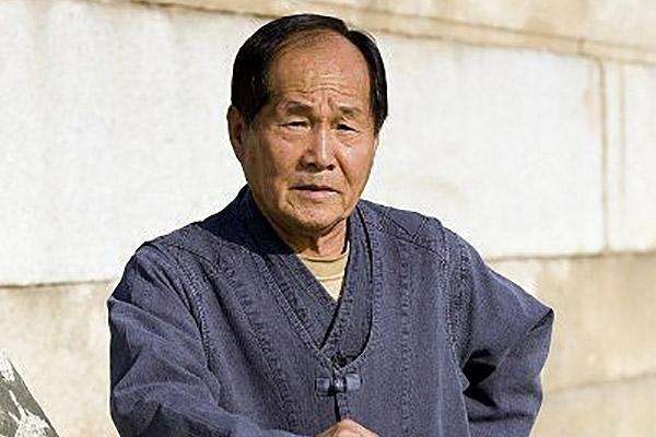Lee Eui-sang, ein traditioneller Steinbaumeister und Steinmetz