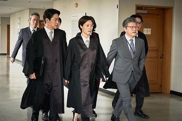 《陪审员们》(배심원들)