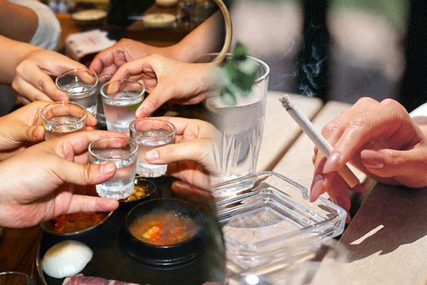 酒とタバコ、どちらが身体に害となるか