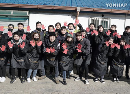 한지민·이희준, 연탄 1천400장 나눔 봉사활동