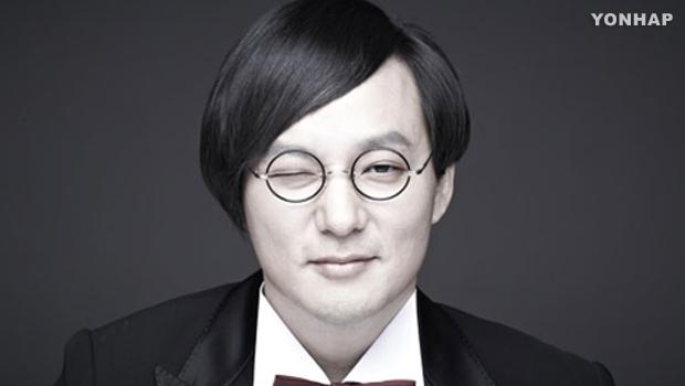 Церемония памяти покойного рок-певца Син Хэ Чхоля.