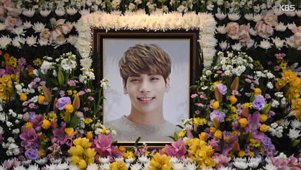 Трагическая смерть певца Чон Хёна из группы 'SHINee'.