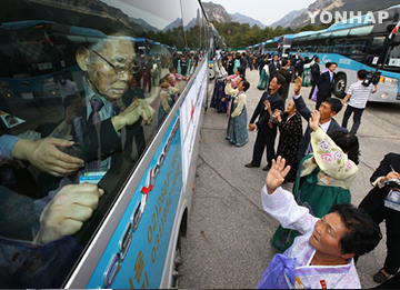 Exchange Visits of Separated Families in Two Koreas in 1985