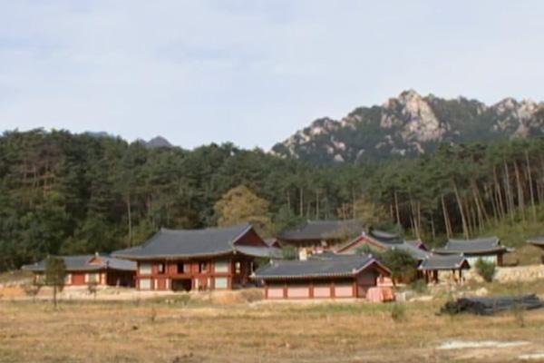 La restauration par la Corée du Sud du temple bouddhiste nord-coréen de Singye, en 2004