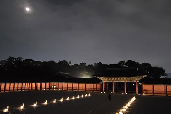 Le palais Changdeokgung dévoile son jardin secret à la lueur de la lune