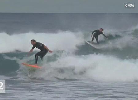 Surfer sur la plage de Jukdo en Corée du Sud