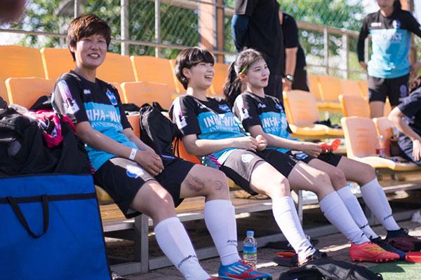 在韩国踢足球的中国女孩儿