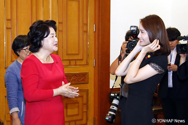 Юн А на приеме в президентской резиденции Чхонвадэ