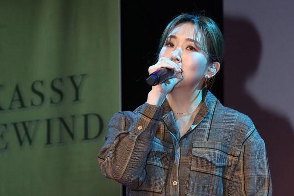 Kassy感性新歌《秋日夜晚离开的你》再成榜单热门