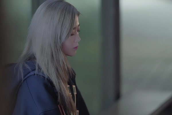 Певица HYNN поделилась новой песней на канале YouTube