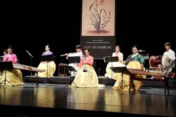 فرقة الموسيقى التقليدية الكورية تقدم عرضا في بيروت
