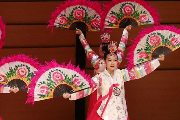 عرض الرقصة الكورية التقليدية بالمراوح في الأردن