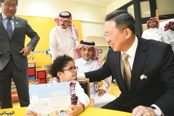 شركة كورية تقدم أجهزة خاصة بالعلاج الطبي للأطفال المعوقين السعوديين