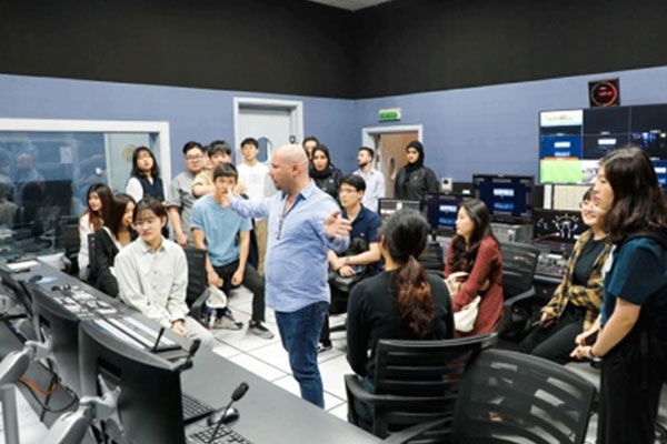 وفد من جامعة هانكوك يزور هيئة الشارقة للإذاعة والتلفزيون