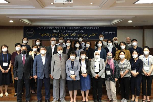 تنظيم ندوة علمية للغة العربية وآداتها وثقافتها
