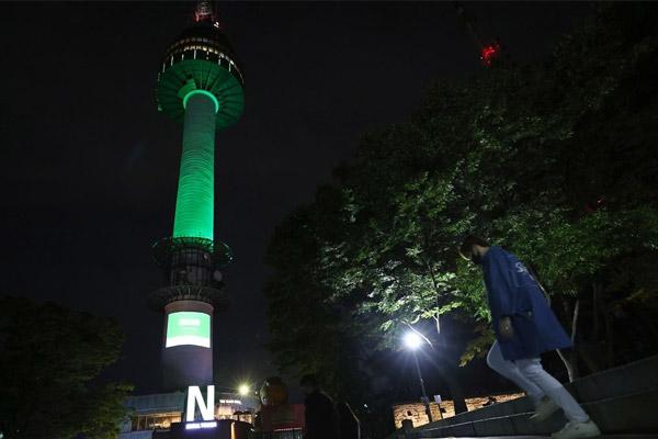 إضاءة برج سيول باللون الأخضر احتفاء باليوم الوطني السعودي