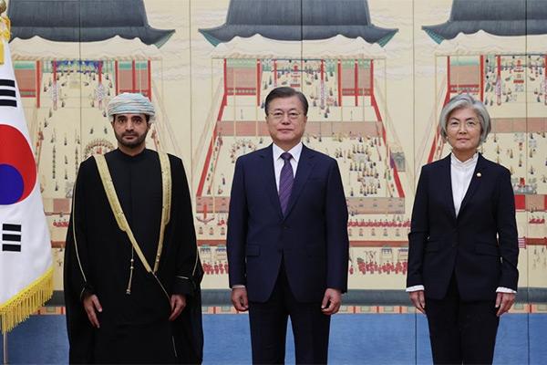 سفير سلطنة عمان الجديد يقدم أوراق اعتماده للرئيس الكوري
