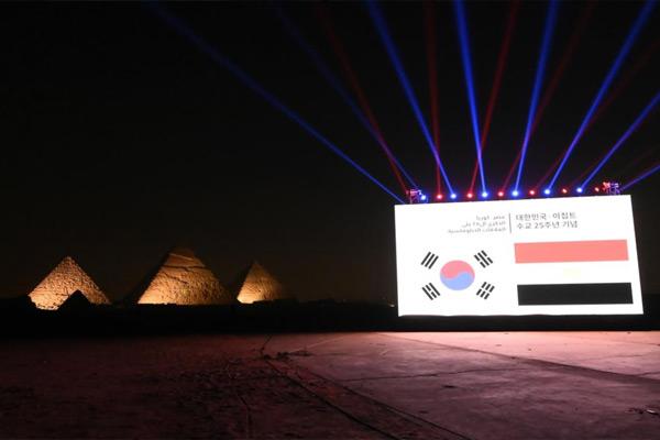 عرض ليزر أمام الأهرامات احتفالا بذكرى تطبيع العلاقات الكورية المصرية