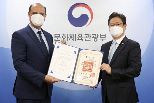 وزير الثقافة الكوري يمنح وساما للراحل اللواء أحمد فولي