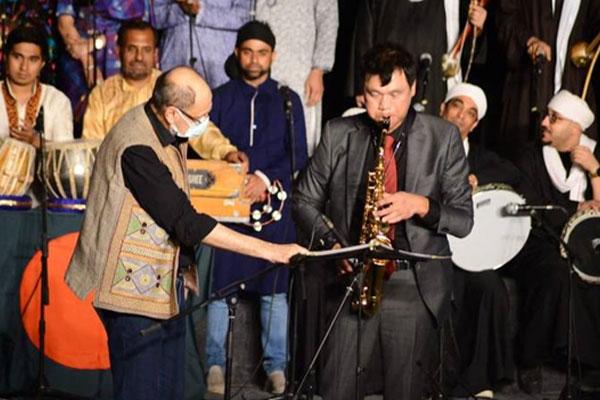 السفير الكروي لدى مصر يعزف الساكسفون في المهرجان الدولي للطبول والفنون التراثية