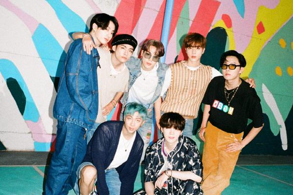 BTS《Dynamite》最新公告牌百强单曲榜与全球单曲榜均排名第2