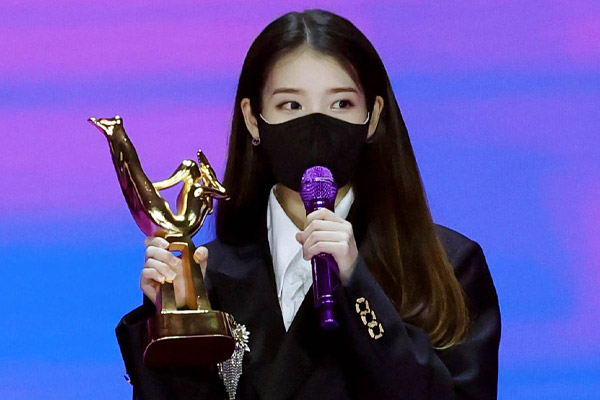 """IU在SNS晒""""2021金唱片大奖""""认证照  与粉丝们分享珍贵瞬间"""