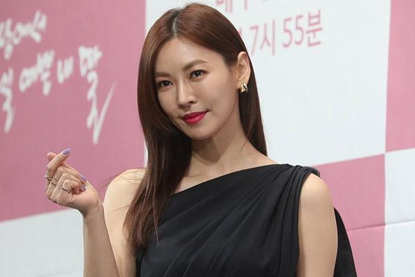 金素妍做客综艺 公开热播韩剧《顶楼》幕后花絮
