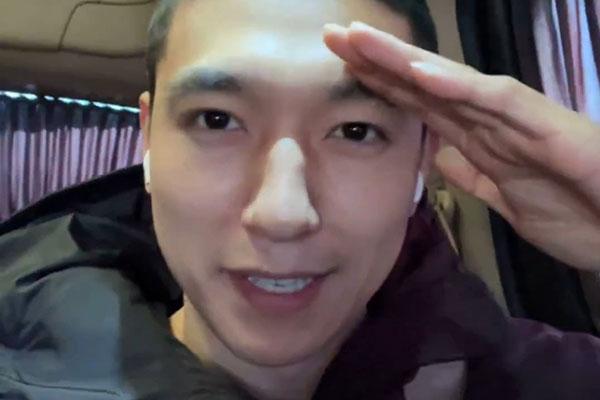 DAY6朴晟镇服兵役 前往训练所途中直播公开入伍消息