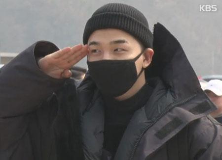 BIGBANG太阳12日正式入伍 给粉丝跪地行大礼