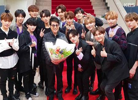 Seventeen actúa en el 50º aniversario de Cho Yong Pil