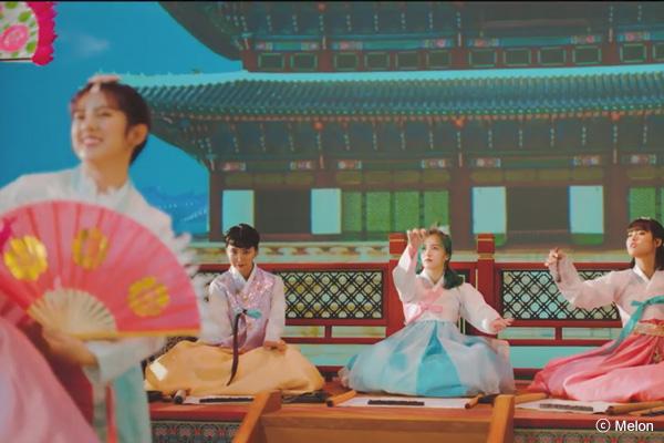 MOMOLAND 新曲ティーザー公開「韓服で扇の舞」