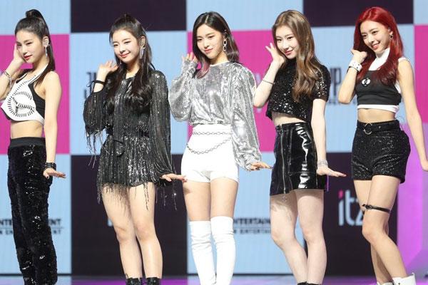 Die neue JYP-Girlgroup ITZY gibt ihr Debüt