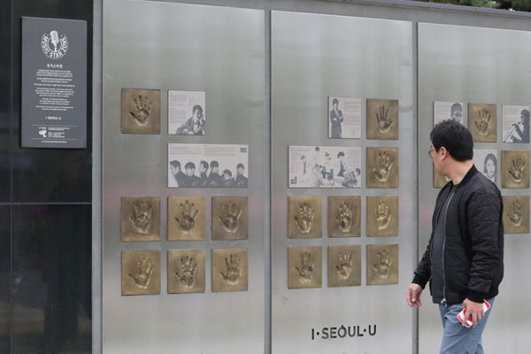 Seoul opens celebrity handprint zone at Olympic stadium