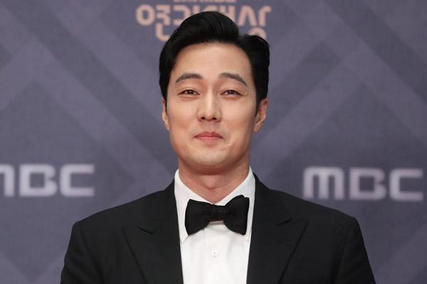 So Ji-sub xác nhận hẹn hò nữ phóng viên Jo Eun-jung