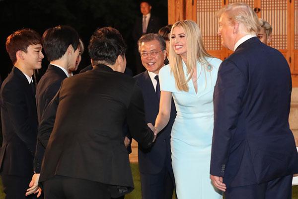El selfie con EXO de Ivanka Trump