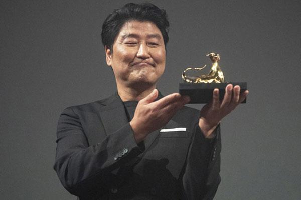"""로카르노 '엑설런스' 받은 송강호 """"봉준호에게 영광 바친다"""""""