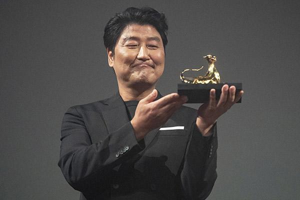 Song Kang Ho Sebagai Aktor Asia Pertama yang Menerima 'Excellence Award' di Festival Film Internasional Locarno